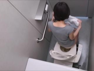 女子トイレに忍び込んで隣の上からスマホで撮影したった!