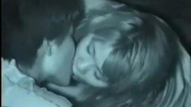 【野外盗撮】真夜中の公園でキスをしている2組のカップルを暗視盗撮